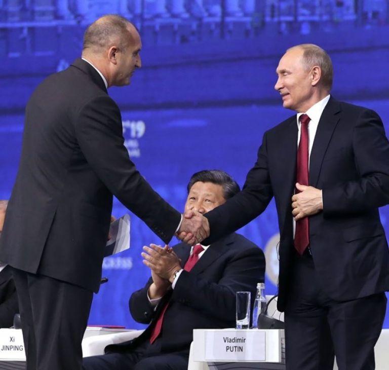Румен Радев поздравява Владимир Путин, докато китайският президент Си Цзинпин ги аплодира