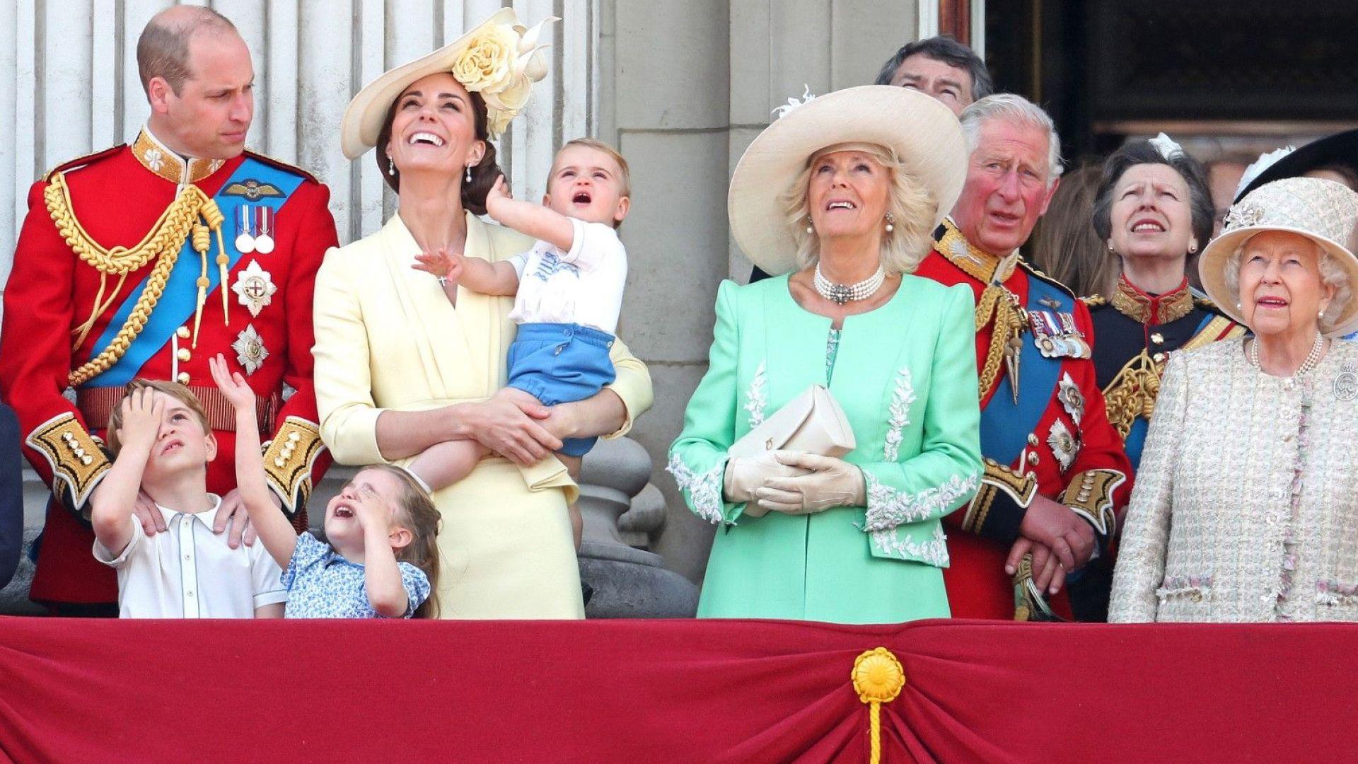 Принц Луи дебютира на балкона на Бъкингамския дворец