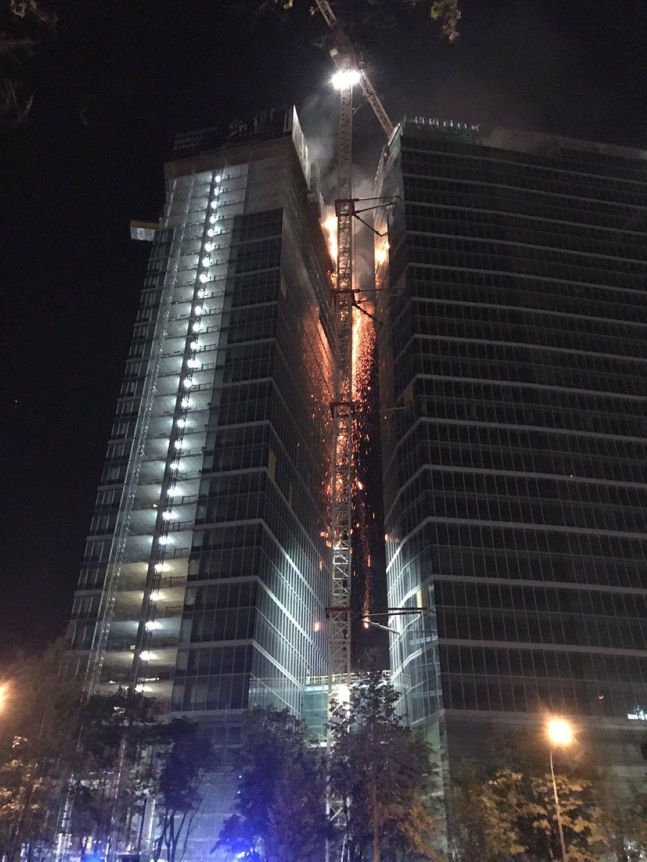 Пожарът засегна  последните етажи на недостроената сграда