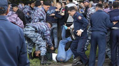 Арести на стотици по време не изборите в Казахстан