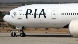 Пасажер отвори аварийния изход на самолет вместо вратата на тоалетната