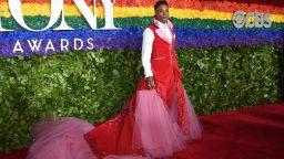 Били Портър отново провокира със смокинг-рокля на червения килим