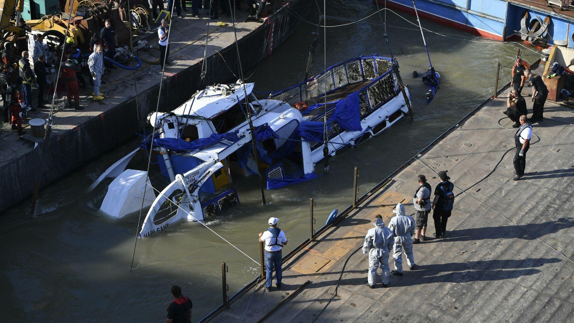 Вадят корабчето с южнокорейски туристи, потънало в Будапеща (снимки)