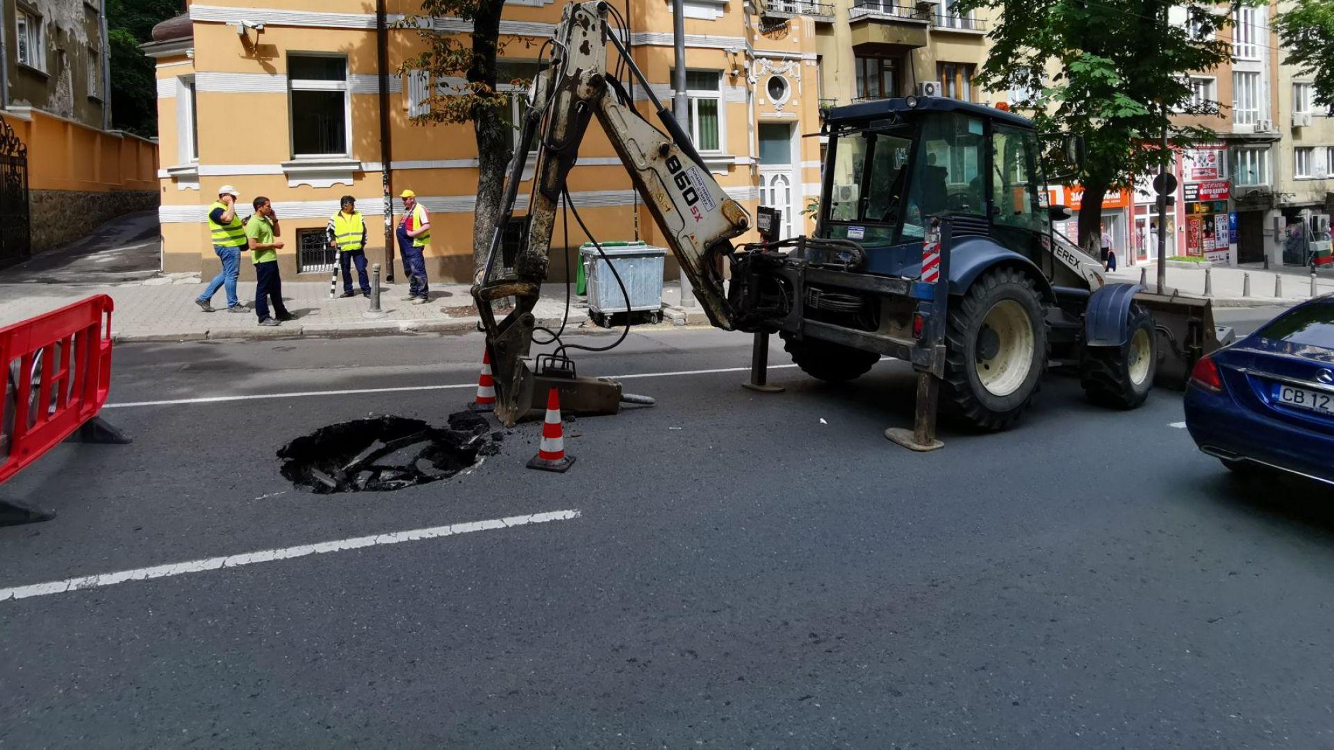 """Голяма дупка зейна на столичната ул. """"Раковски"""" (снимки)"""