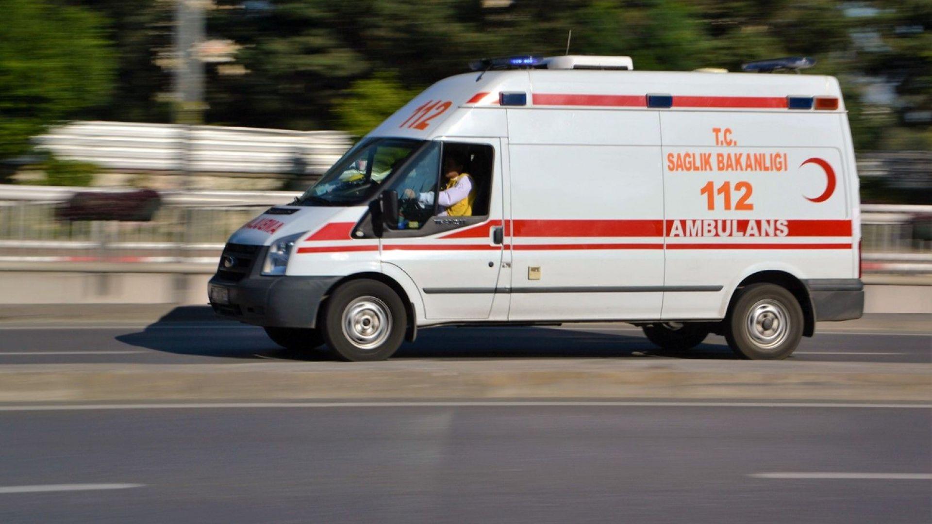 Четирима души загинаха при катастрофа между автобус и кола в Турция