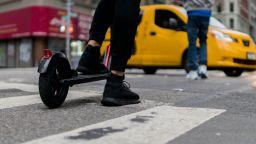 Бързи, но не толкова яростни? Европа се опитва да намери решение на проблемите с електрическите скутери