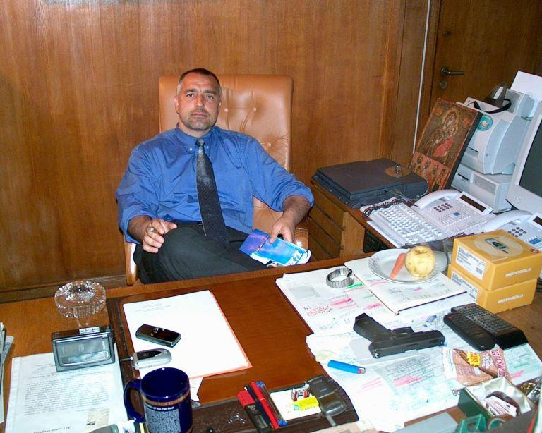 В кабинета си като главен секретар на МВР през 2002 г.