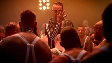 Тил Линдеман от Rammstein разби челюстта на нахален фен