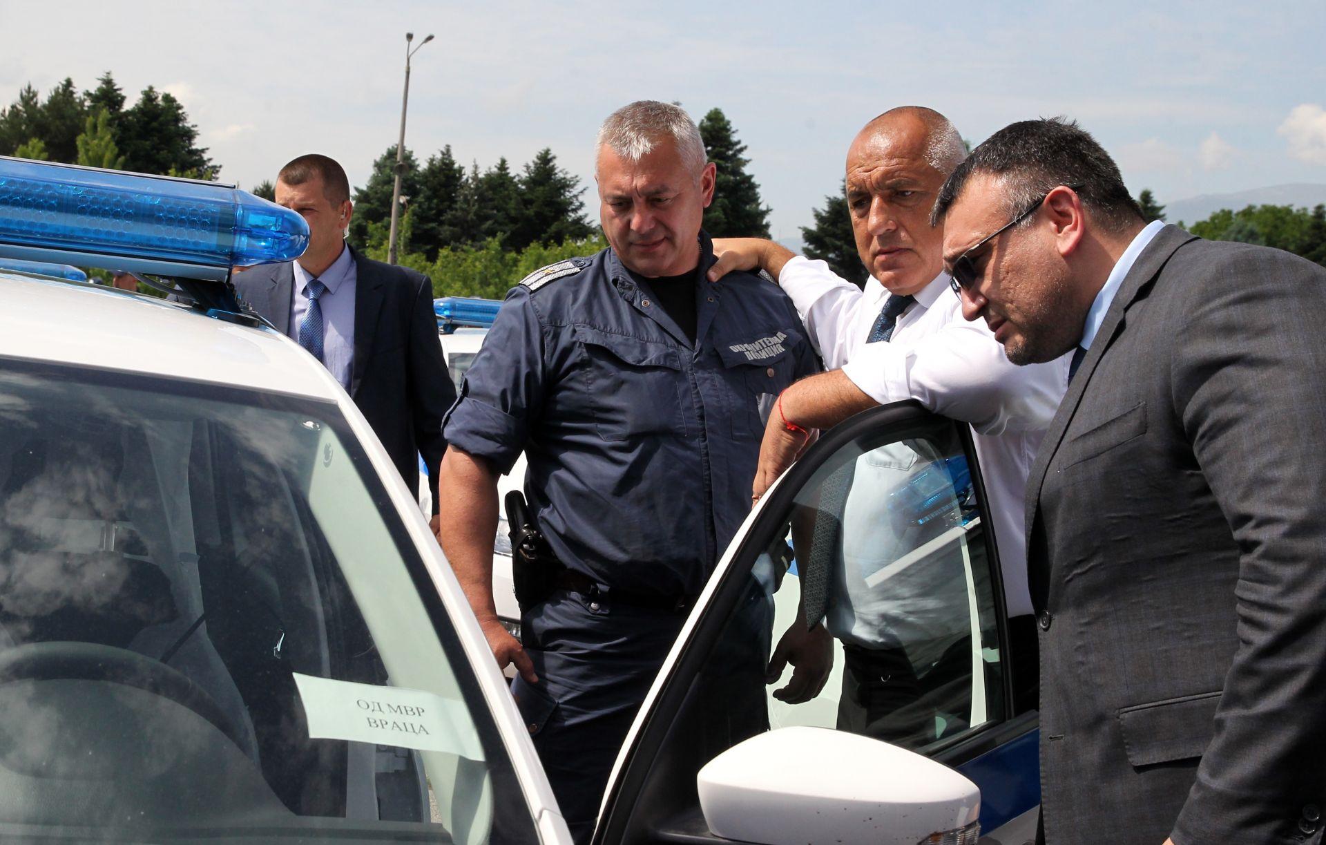 Премиерът и вътрешният министър Младен Маринов огледаха колите