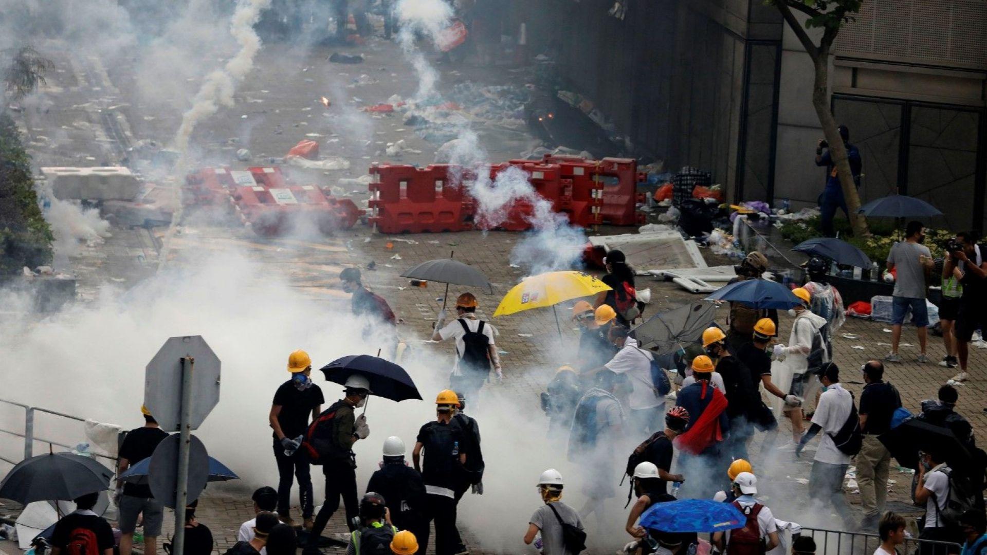 Хонконг въстана против надвисналите екстрадиции в Китай, полицията отговори с гумени патрони