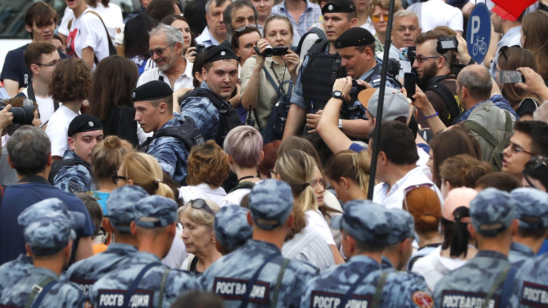 Стотици арестувани на протест за Голунов в Москва, сред тях и Навални (снимки)