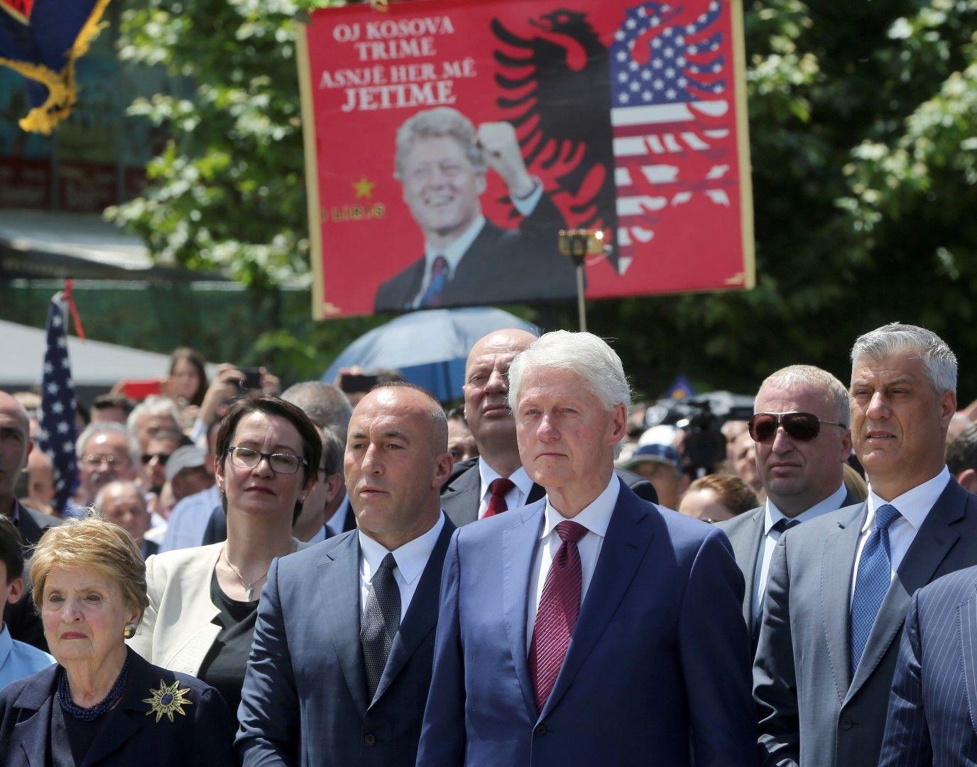 Мадлин Олбрайт, премиерът на Косово Рамуш Харадинай, Бил Клинтън и президентът Хашим Тачи (крайният вдясно) по време на честванията