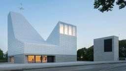 """Уникална църква с """"кристален"""" покрив в Германия"""