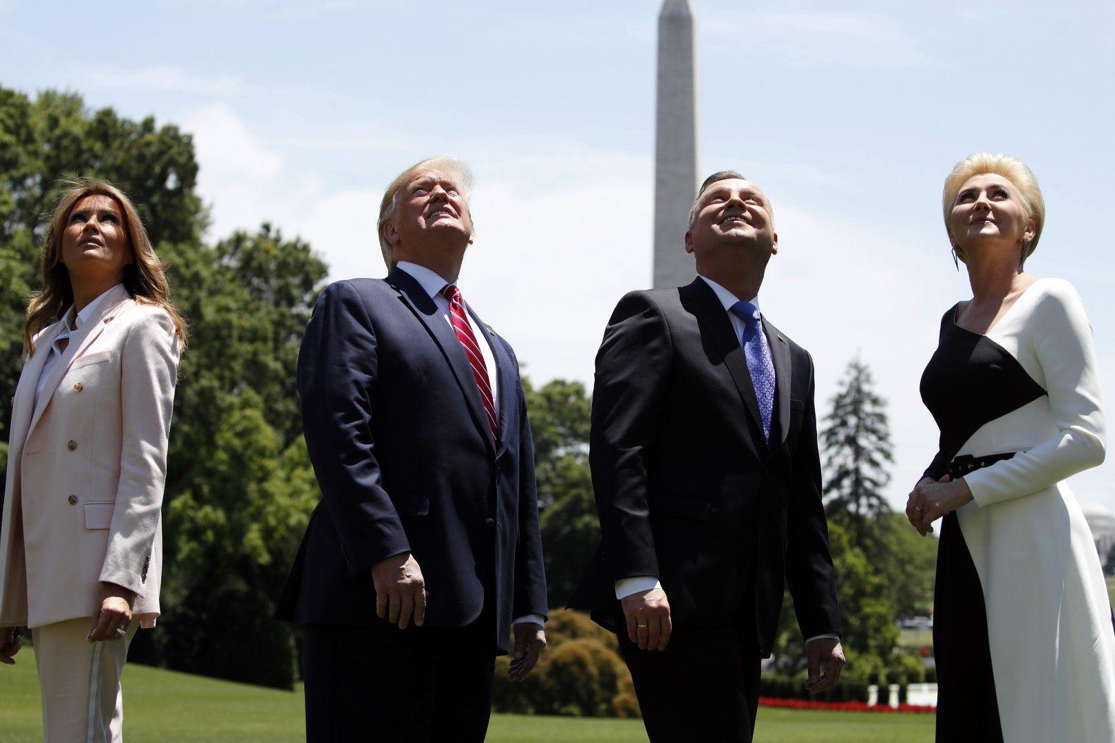Доналд Тръмп, Анджей Дуда и техните съпруги наблюдават демонстрацията с изтребител F-35 над Белия дом