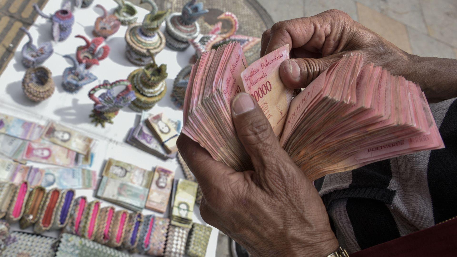 Венецуела пуска нови банкноти срещу хиперинфлацията
