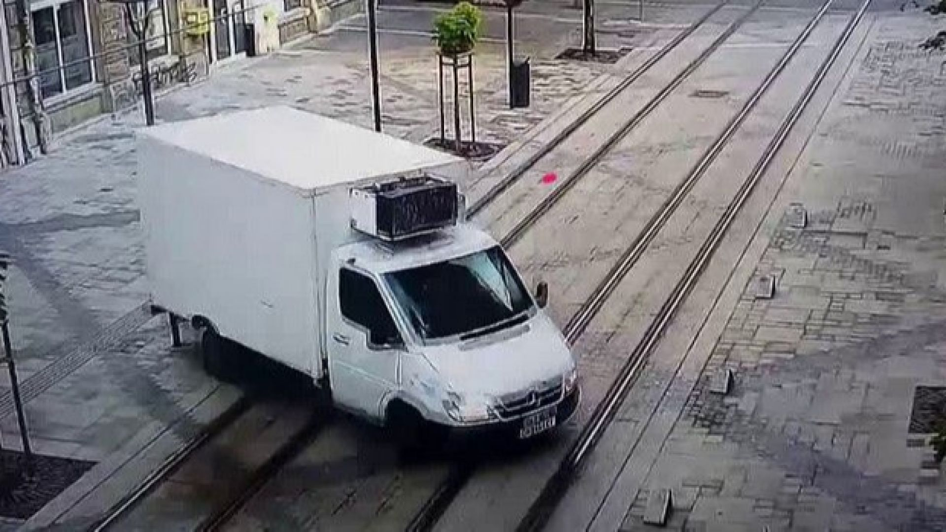 """Микробус събори стълб на столичната улица """"Граф Игнатиев"""""""
