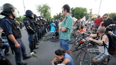 Природозащитници блокираха Орлов мост, момичета прегръщаха полицаи (снимки)