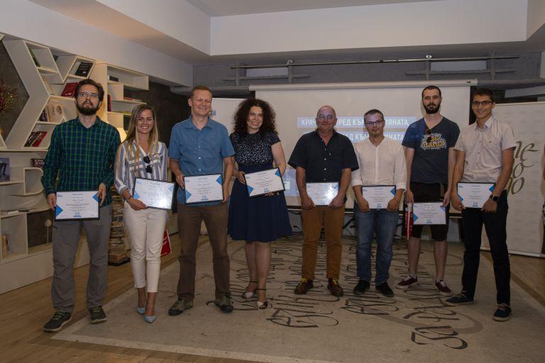 Всички победители в конкурса, които получиха по 1000 лева и други награди.