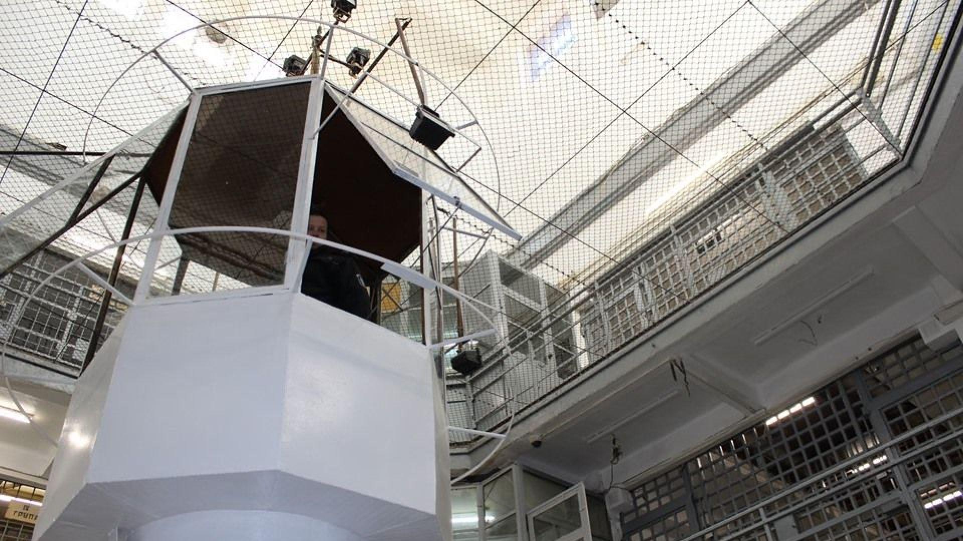 Двама затворници са осъществили бягство от затворническо общежитие от открит