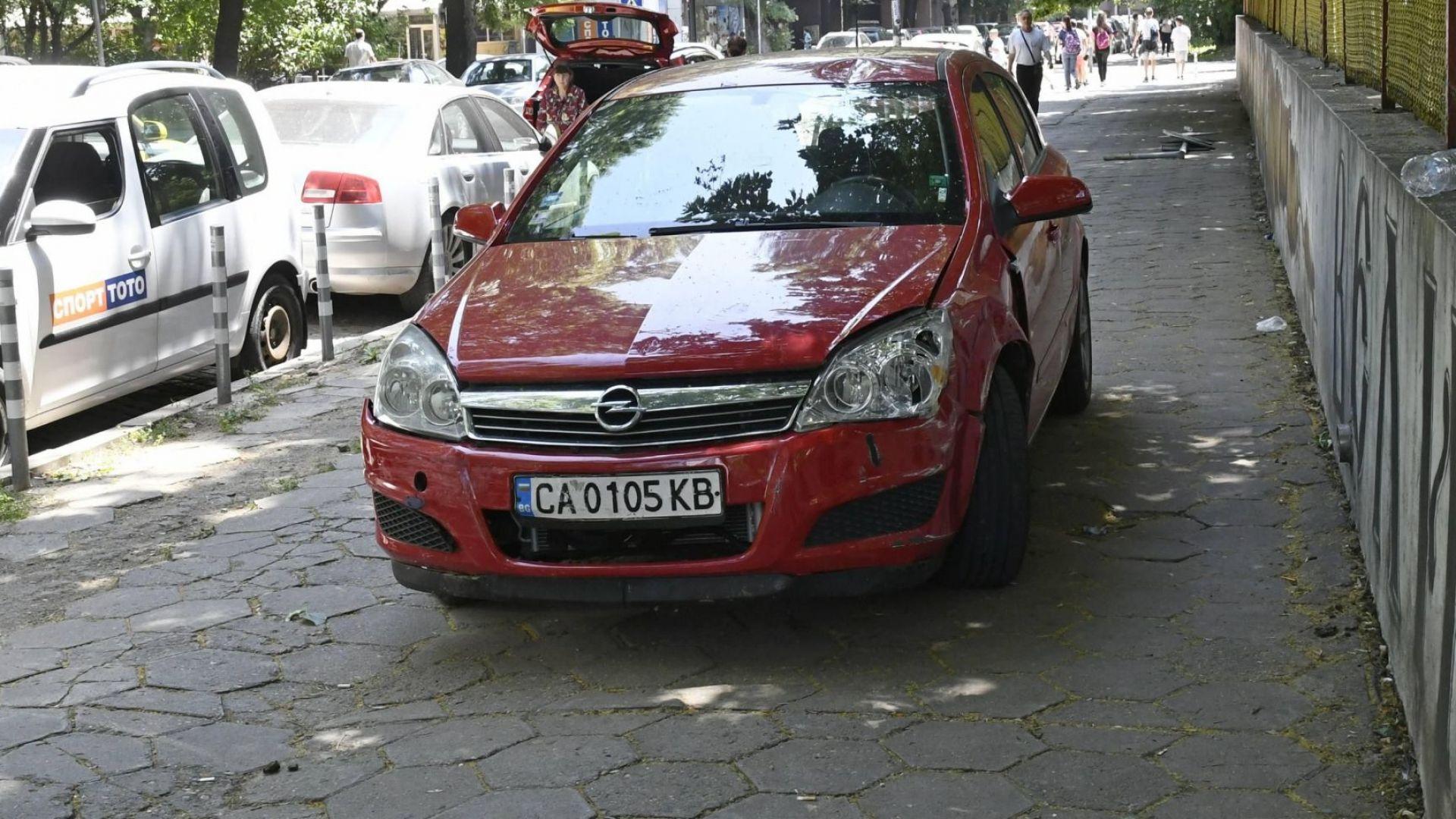 Шофьорка отнесе колчета и пътен знак на тротоар край училище в София