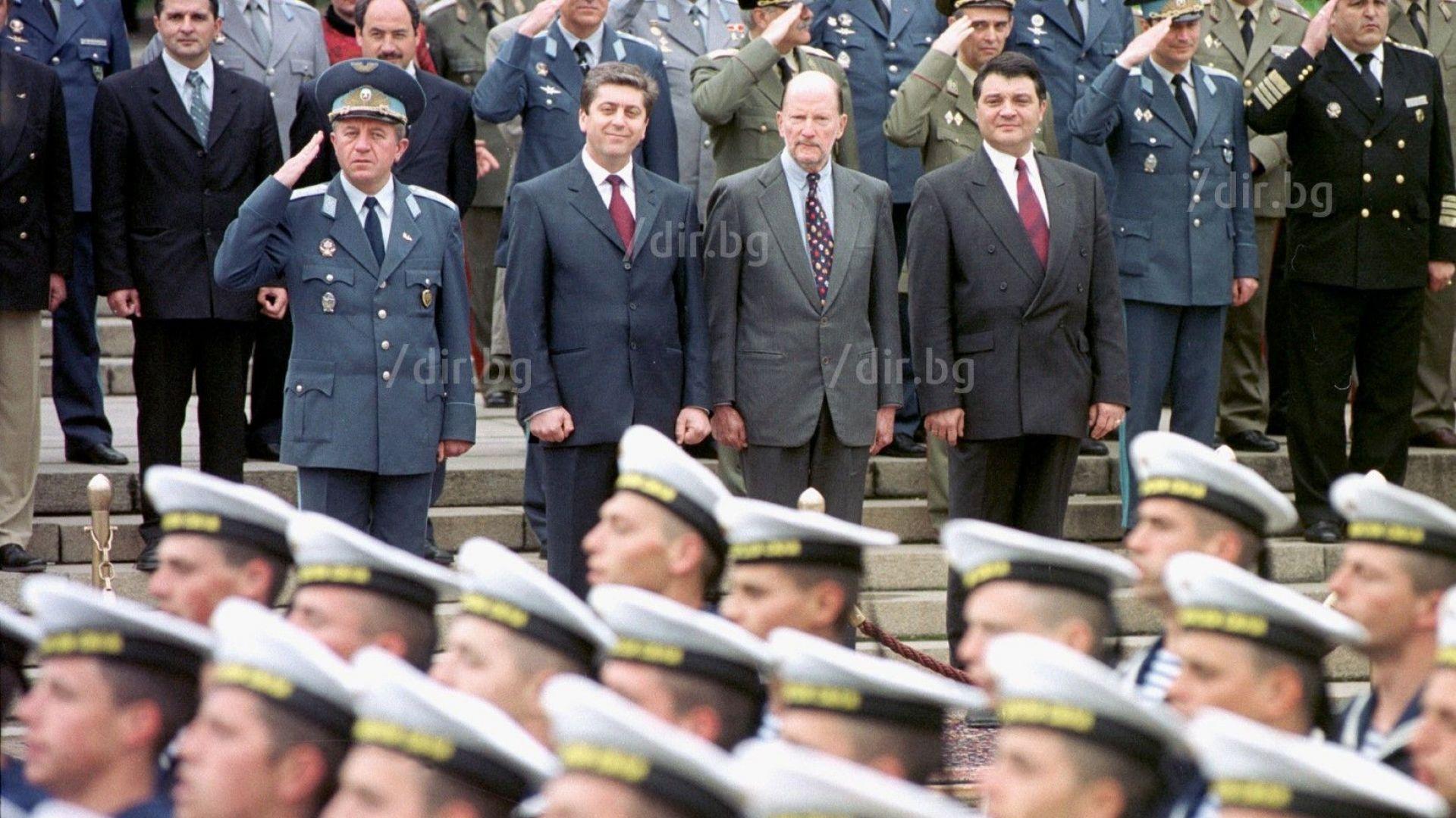 Парад на Гергьовден - май 2002 г.