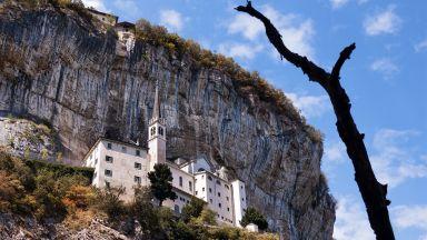 Италианска църква, вградена в скала