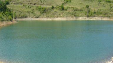 Водите на язовира край Омуртаг станаха жълтозелени