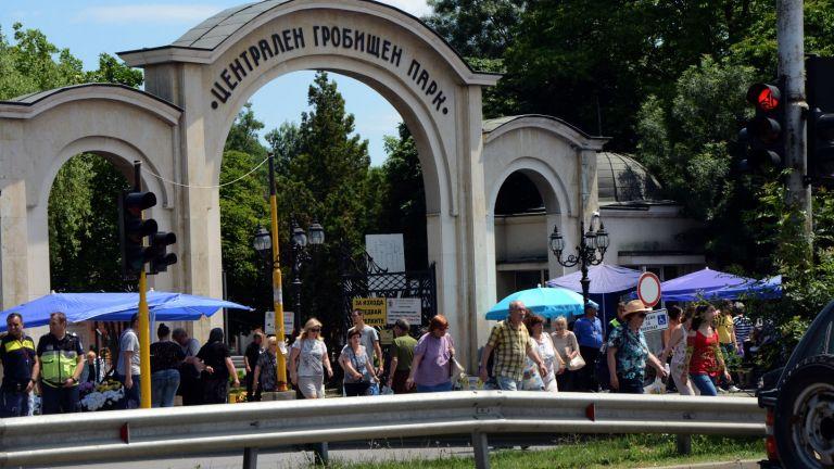 50 припаднали в жегата на Задушница в София (снимки)