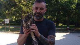 Калин Вельов спаси безпомощен мишелов в Борисовата градина (снимки)