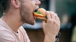 Яденето на хамбургери състарява мозъка