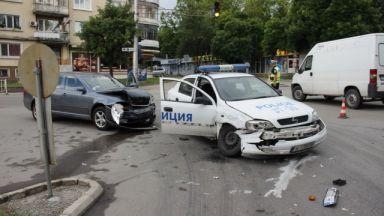 Шофьор мина на червено и блъсна патрулка в Шумен (снимки)