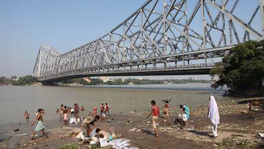 Индийски маг изчезна в река, след като опита номер на Худини (видео)