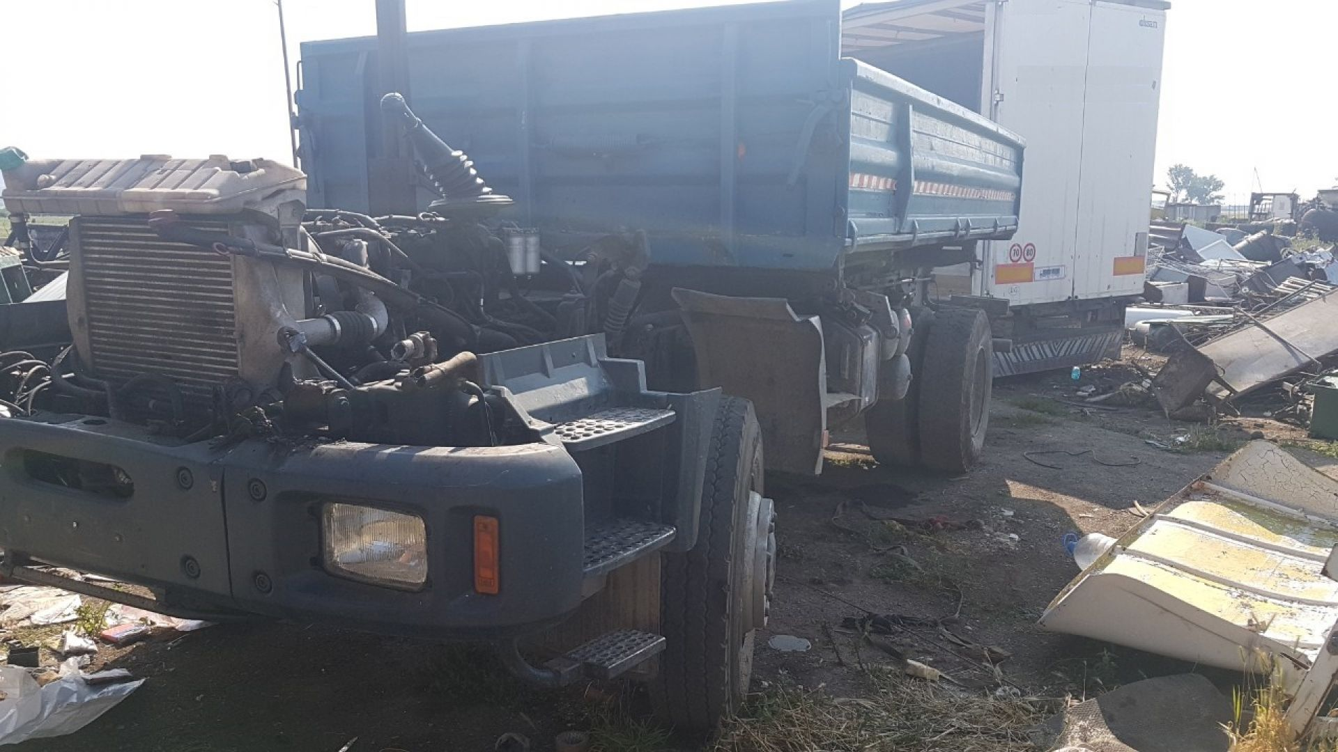 Хванаха 6-ма крадци, докато разглобяват краден камион (снимки)