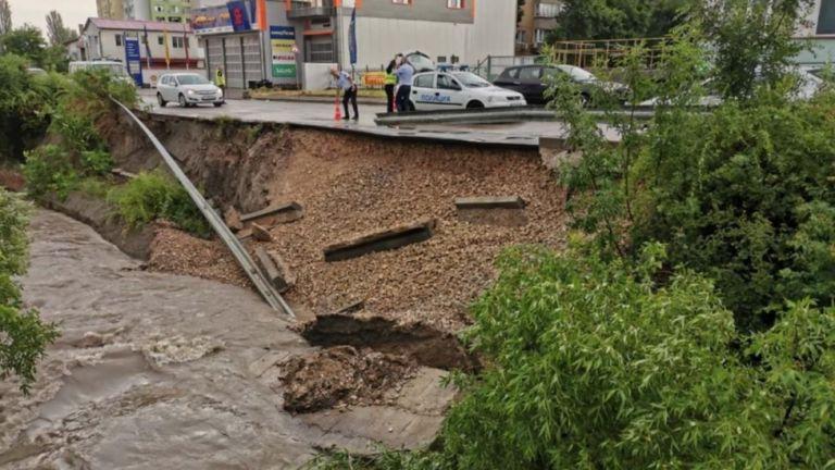 Рухна подпорна стена след поройния дъжд в Търговище