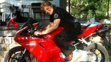Майката на Владо Карамазов обича високите скорости