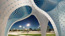 Стълбовете на мечтите на Марк Форнес - въздушна скулптура от 3564 парчета