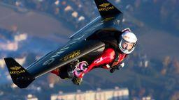 Мъж летя с 4 реактивни двигателя, закачени за него