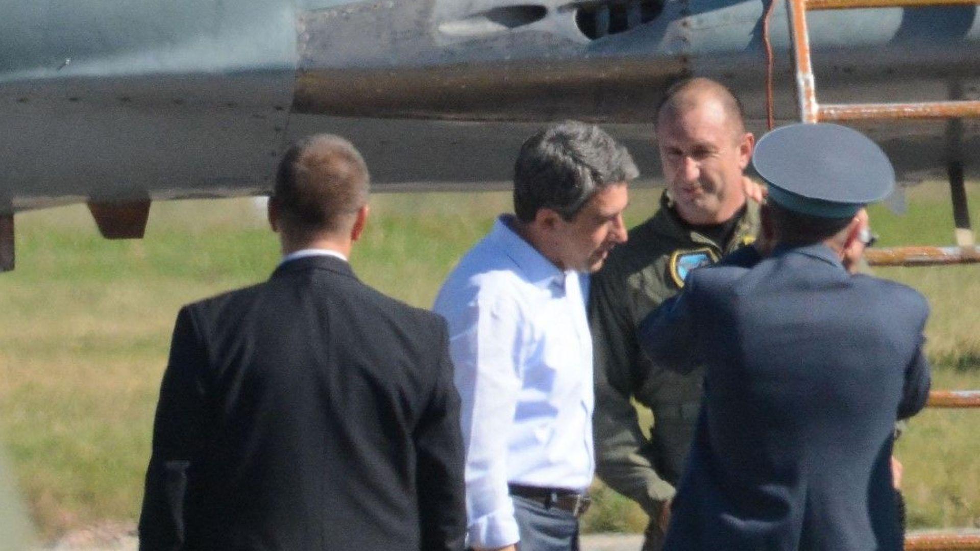 След трудния и рискован полет Румен Радев разговаря с тогавашния президент Росен Плевнелиев