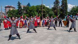 Кубанските казаци пяха и танцуваха със саби пред НДК