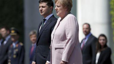 Меркел трепери на церемонията по посрещането на Зеленски (видео)
