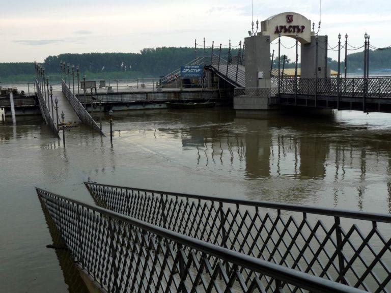 Силно течение и нулева видимост за водолазите затрудняват издирването на момчето в Дунав