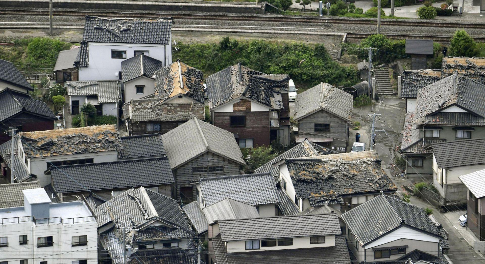 Разрушени покриви след труса