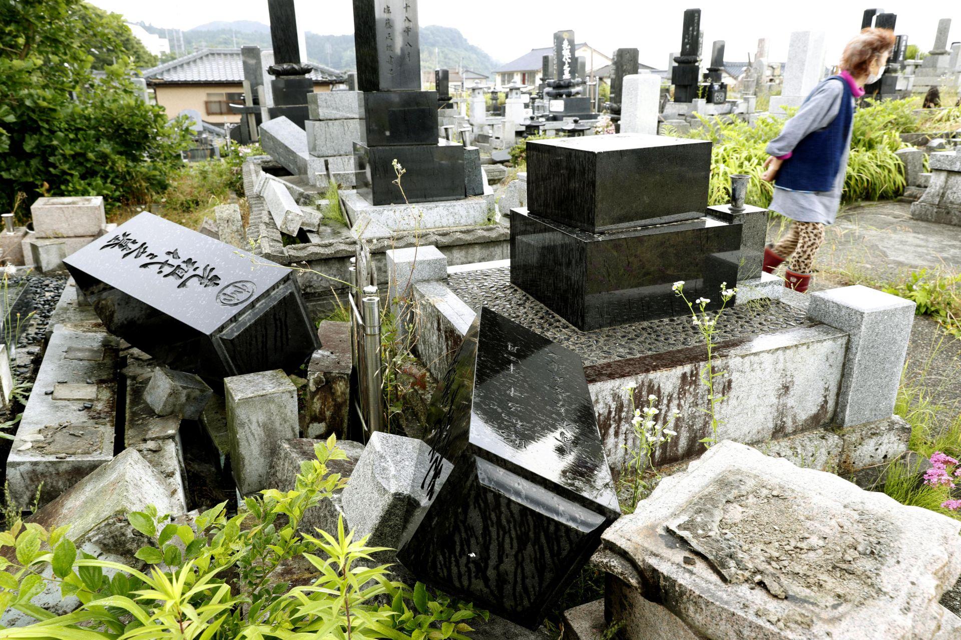 Срутени надгробни площи след земетресението