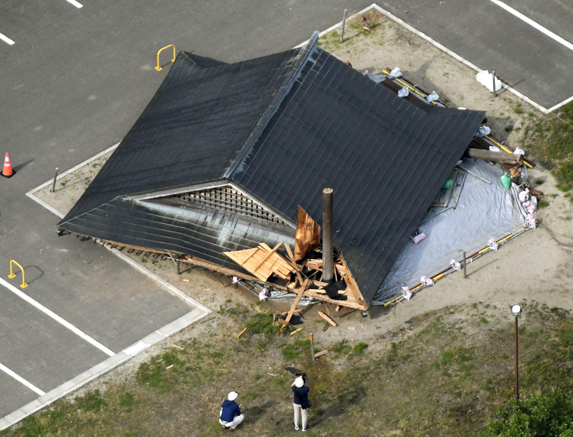 Рухнала дървена къща до училище след труса