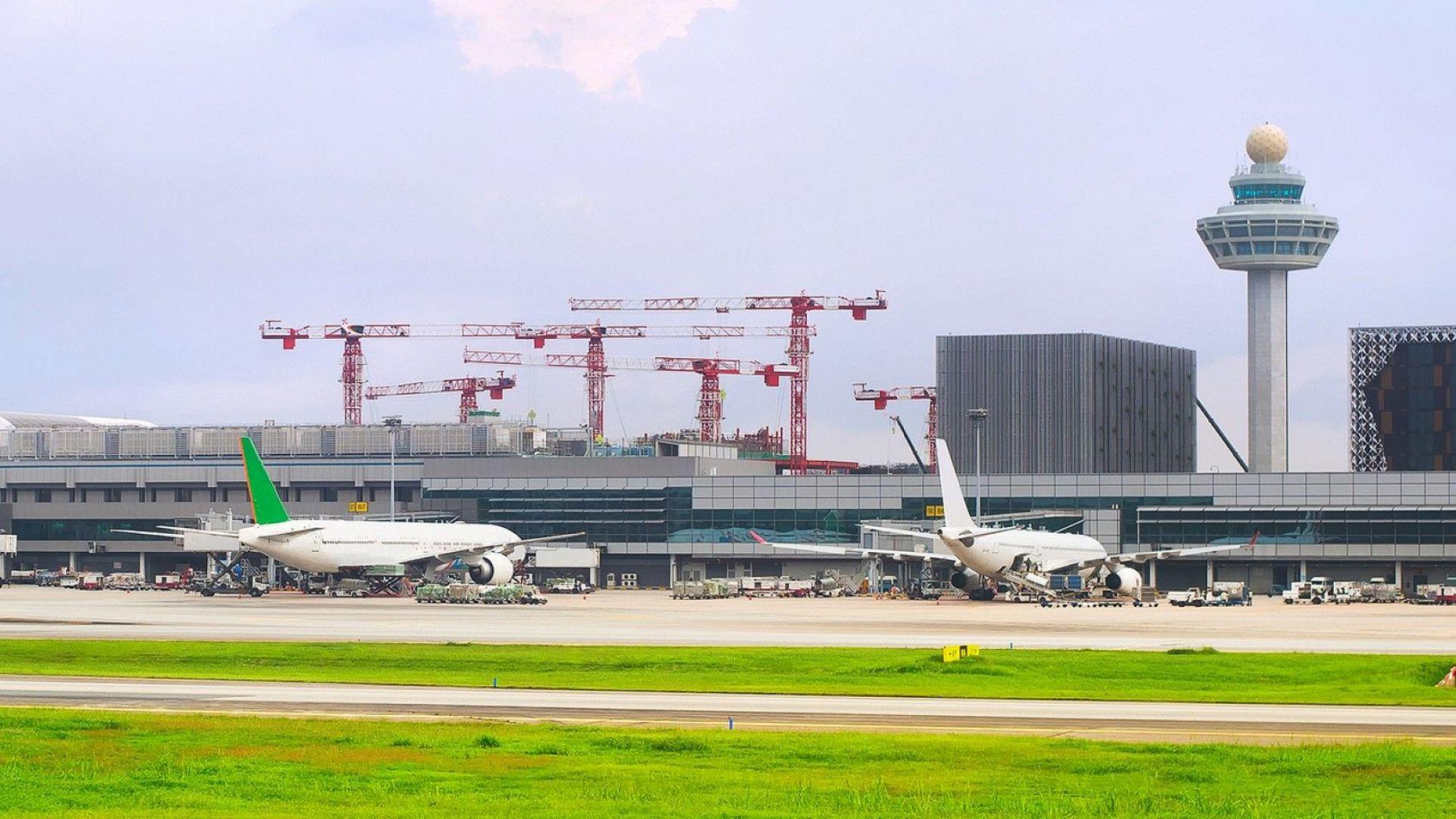 Едната от двете писти на основното летище на Сингапур бе