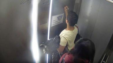 """След """"Вандали в действие"""": Момче почисти драсканиците в асансьор на пасарелка"""