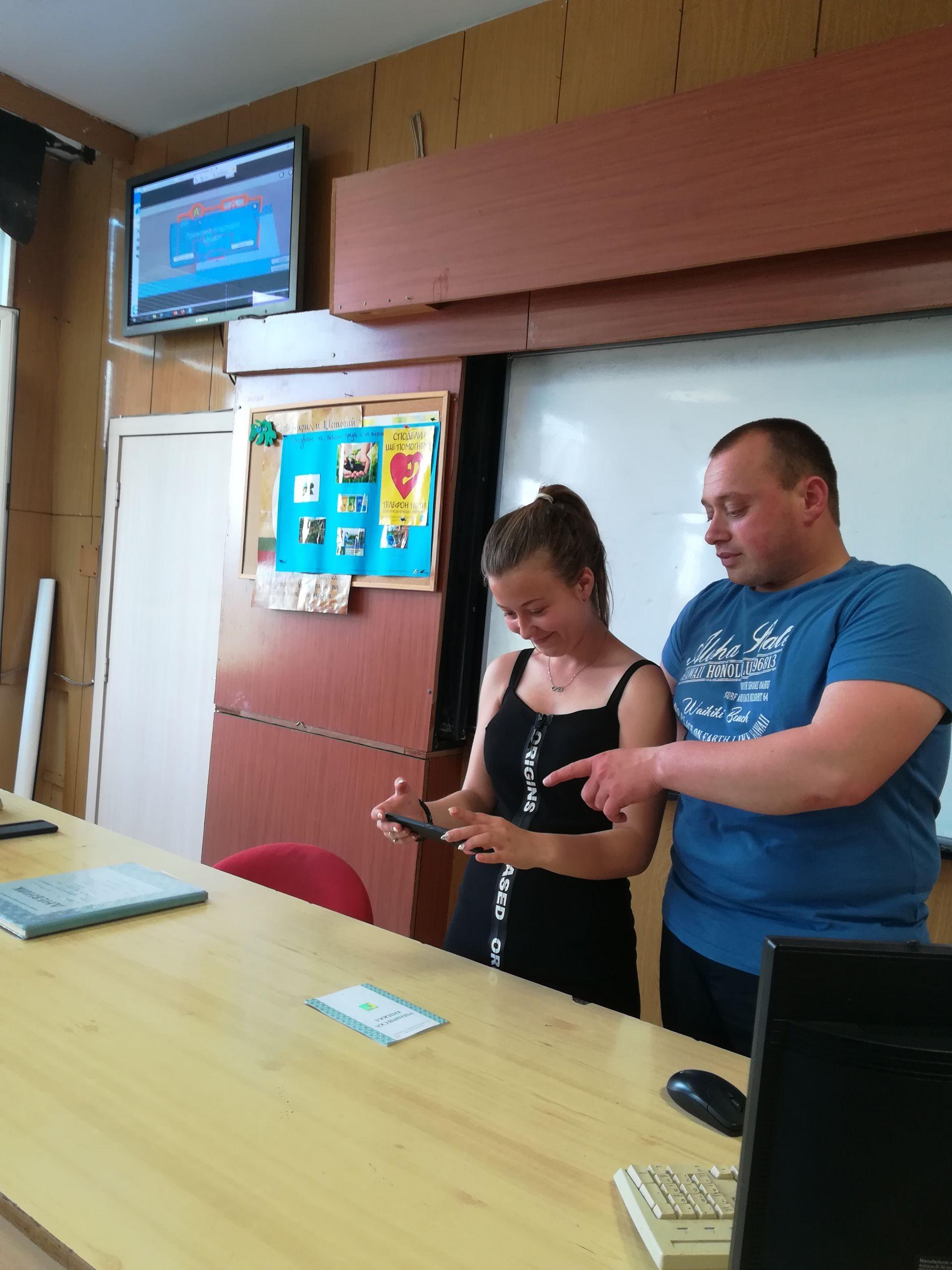 Работата с приложението Smart Classroom AR е изключително лесна