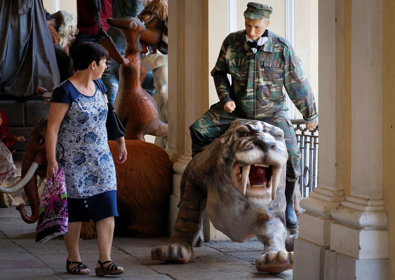 Восъчна фигура на Путин яхнал древен саблезъб тигър на изложба в Санкт Петербург, 20 юни 2019 г.