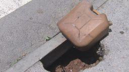 Огромна дупка зейна на тротоар в София