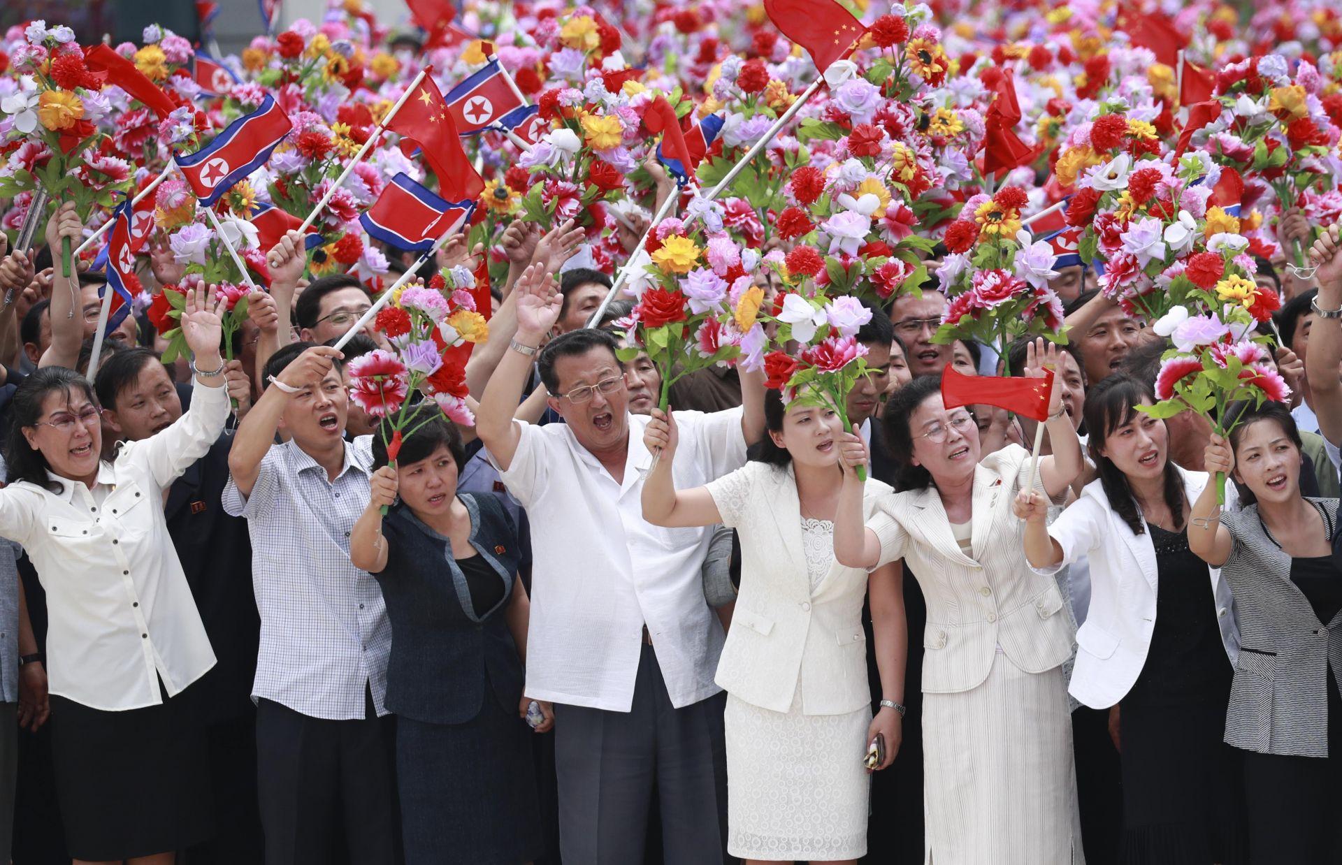 Хиляди корейци посрещнаха с цветя и знамена китайския президент